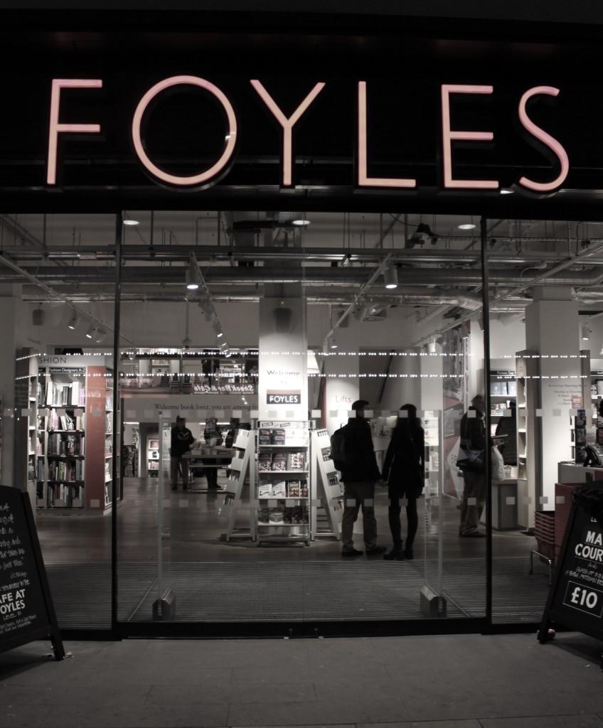 Foyles-Eingang-nachts-barb